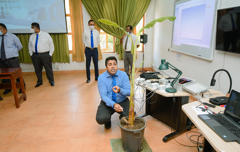 Dr. Mujith Ariyarathne, Head of the Crop Science Department at the University of Peradeniya, conducting a demonstration